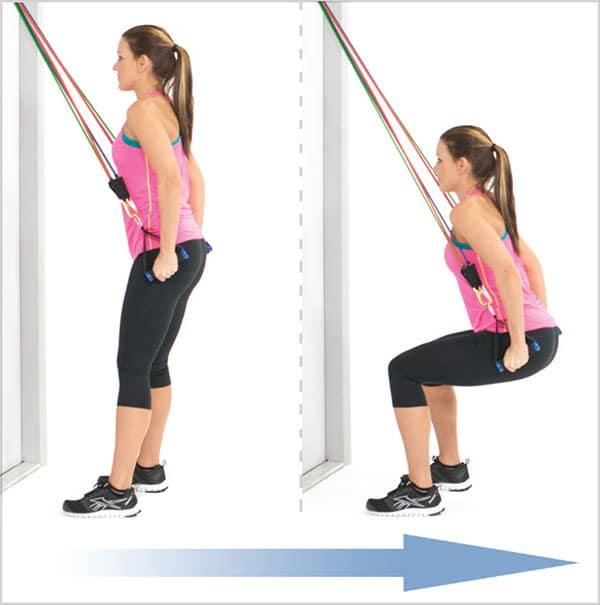 حرکات-ورزشی-با-کش-دسته-دار-برای-تقویت-عضلات-پا-لانژ-برعکس