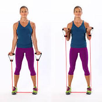 حرکات-ورزشی-با-کش-دسته-دار-برای-تقویت-عضلات-بازو-،-شکم-و-سرشانه-حلقهی-دوسر-بازوی-ایستاده