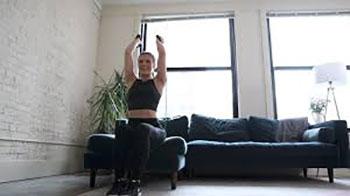 تمرینات-ورزشی-با-کش-بدنسازی-برای-تقویت-عضلات-بازو-،-شکم-و-سرشانه-کشش-سه-سر-بازو-بالای-سر